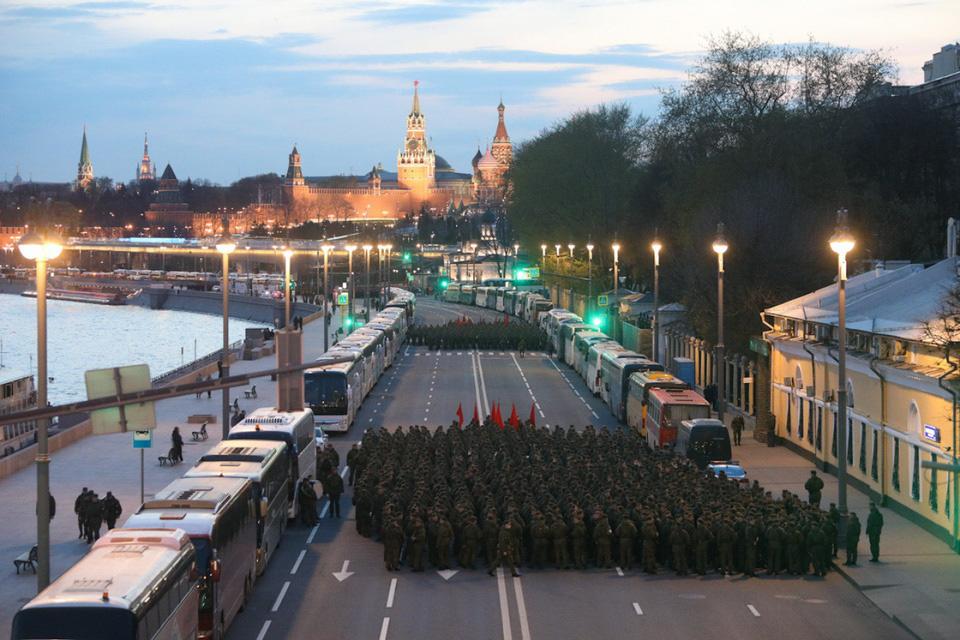 Nga khoe xe tăng, khí tài khi tập dượt cho lễ duyệt binh - Ảnh 9.