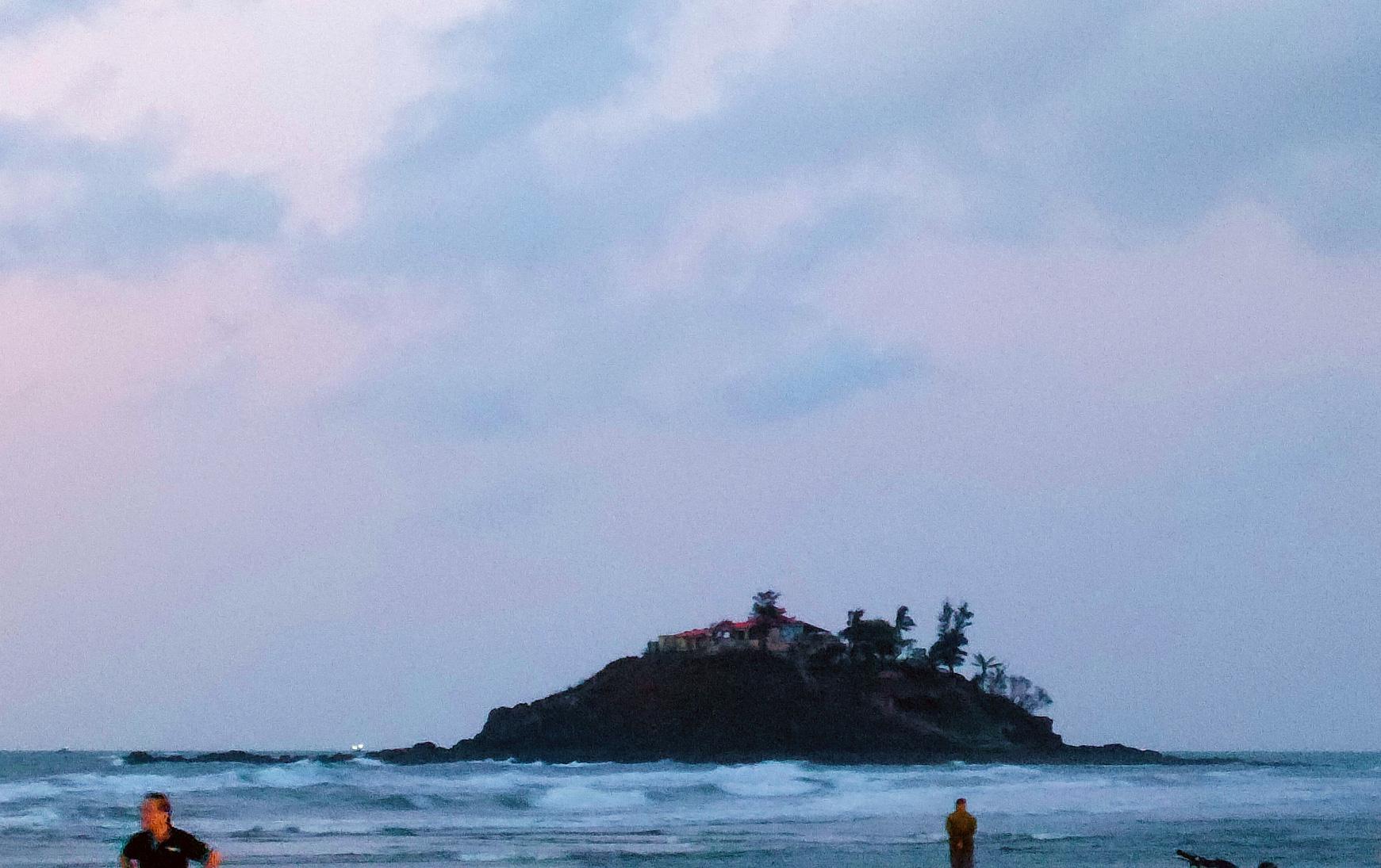 """Canh """"giờ vàng"""" lần theo con đường bí ẩn dưới nước đến thăm ngôi miếu có vị trí đặc biệt nhất Việt Nam - Ảnh 4."""