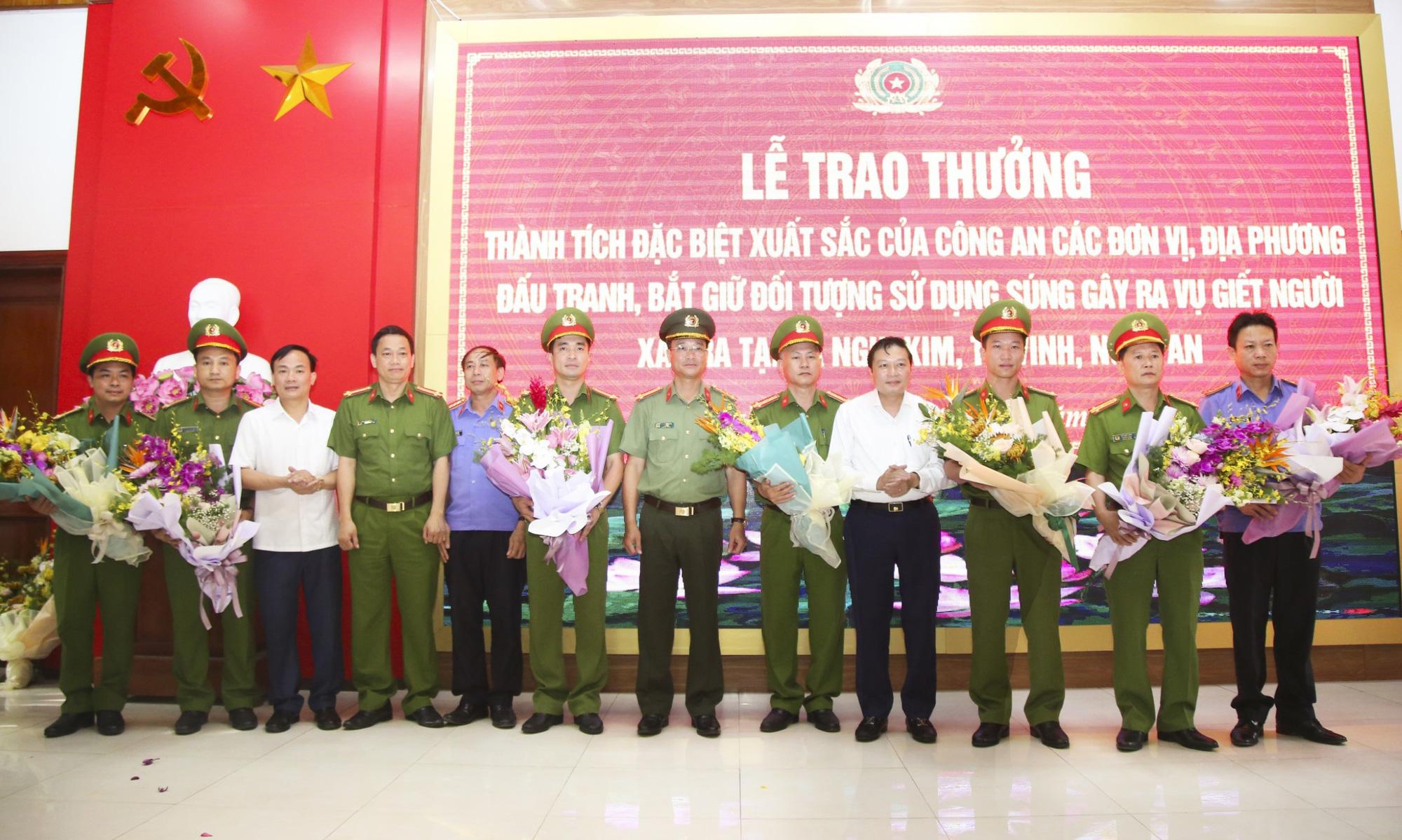 Trao thưởng cho lực lượng sớm bắt nghi phạm bắn chết 2 người ở Nghệ An - Ảnh 1.