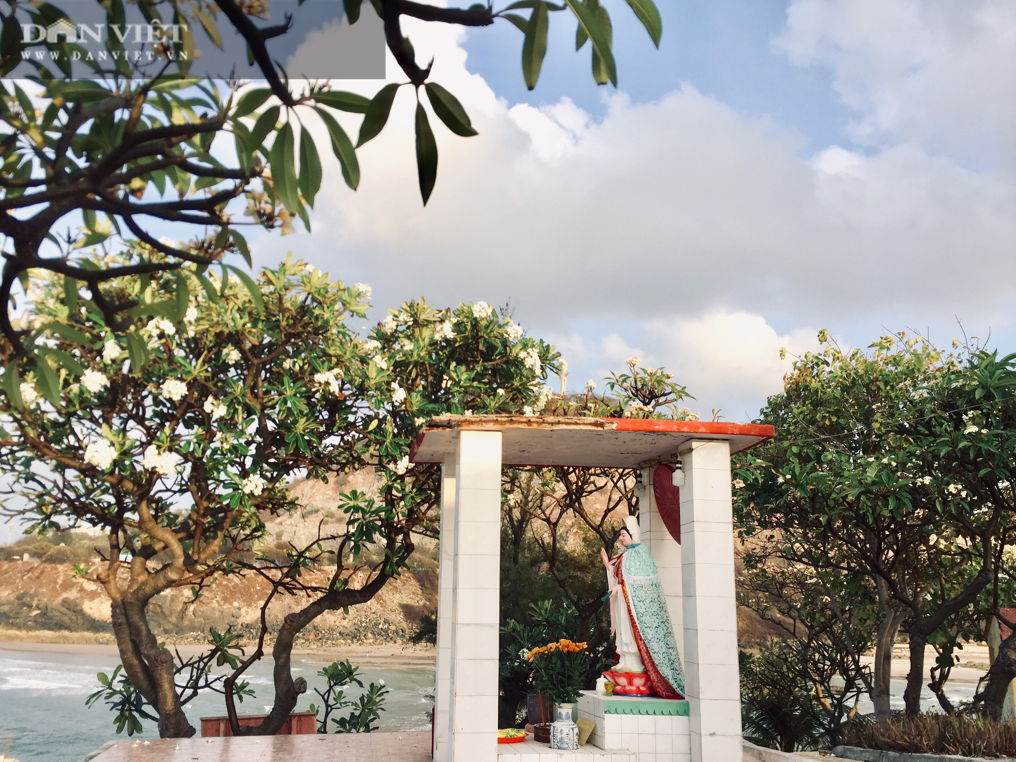 """Canh """"giờ vàng"""" lần theo con đường bí ẩn dưới nước đến thăm ngôi miếu có vị trí đặc biệt nhất Việt Nam - Ảnh 7."""
