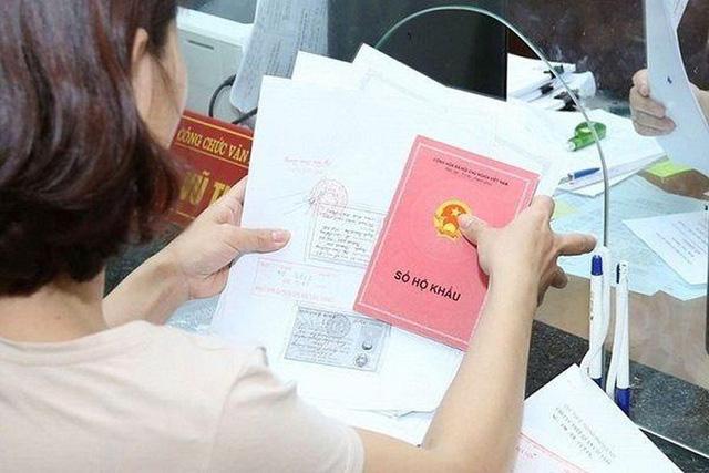 Thu hồi sổ hộ khẩu giấy khi người dân đăng ký thay đổi thông tin từ 1/7 - Ảnh 1.