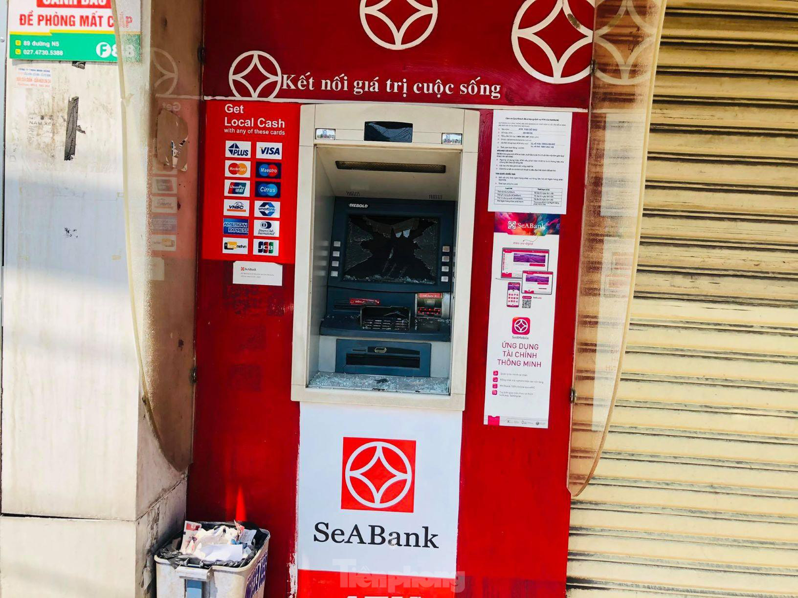 Loạt cây ATM bị đập phá ở Bình Dương - Ảnh 2.