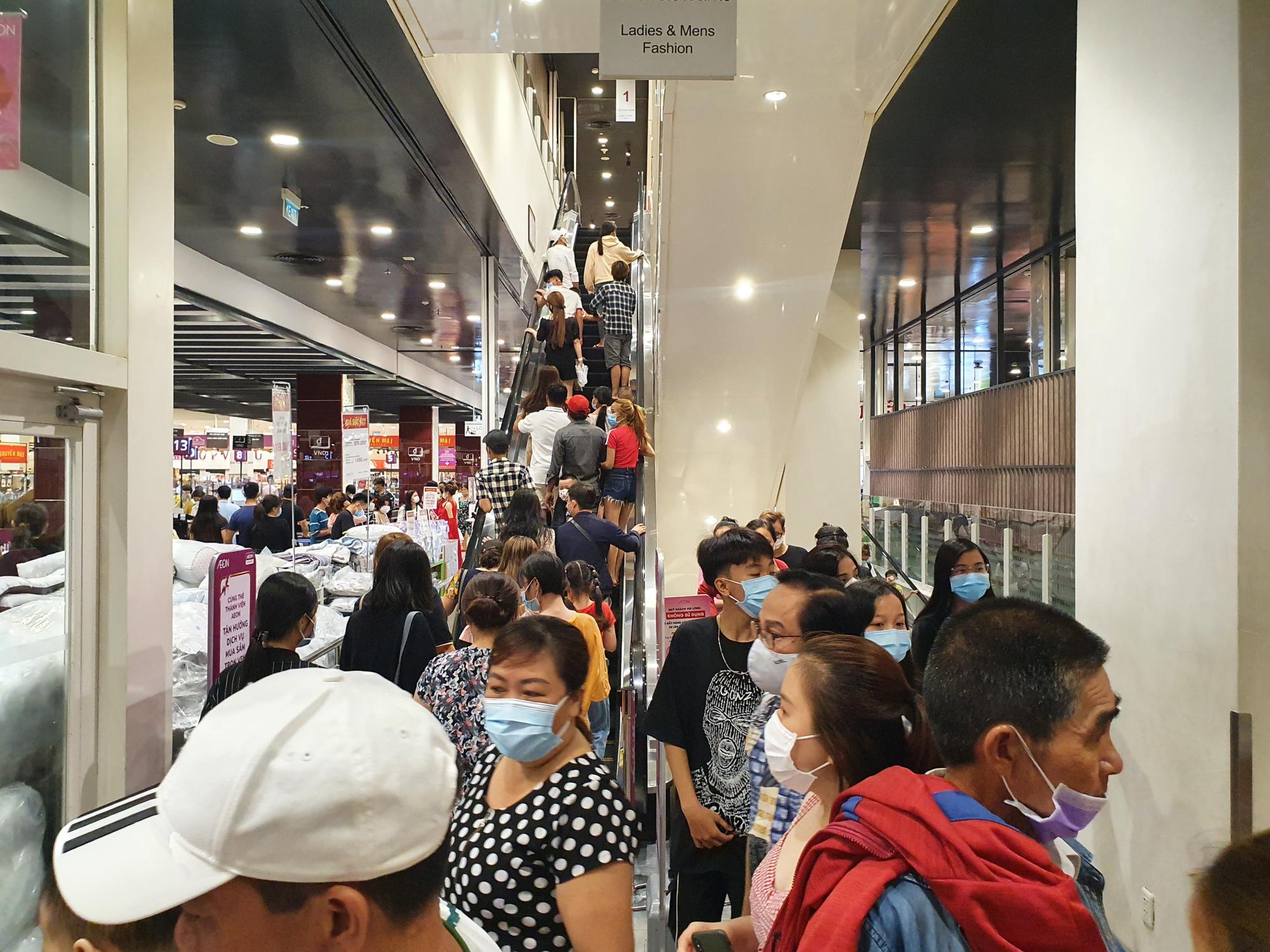 Covid-19 phức tạp, siêu thị, trung tâm thương mại tại TP.HCM vẫn đông nghịt - Ảnh 4.