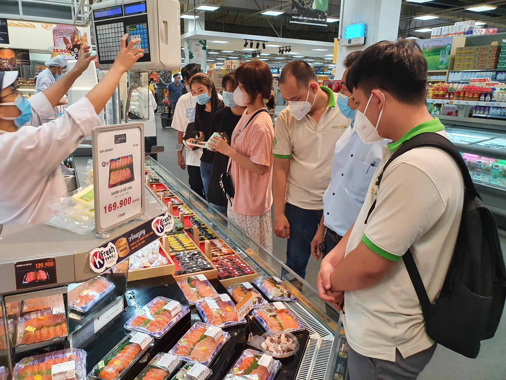 Covid-19 phức tạp, siêu thị, trung tâm thương mại tại TP.HCM vẫn đông nghịt - Ảnh 5.