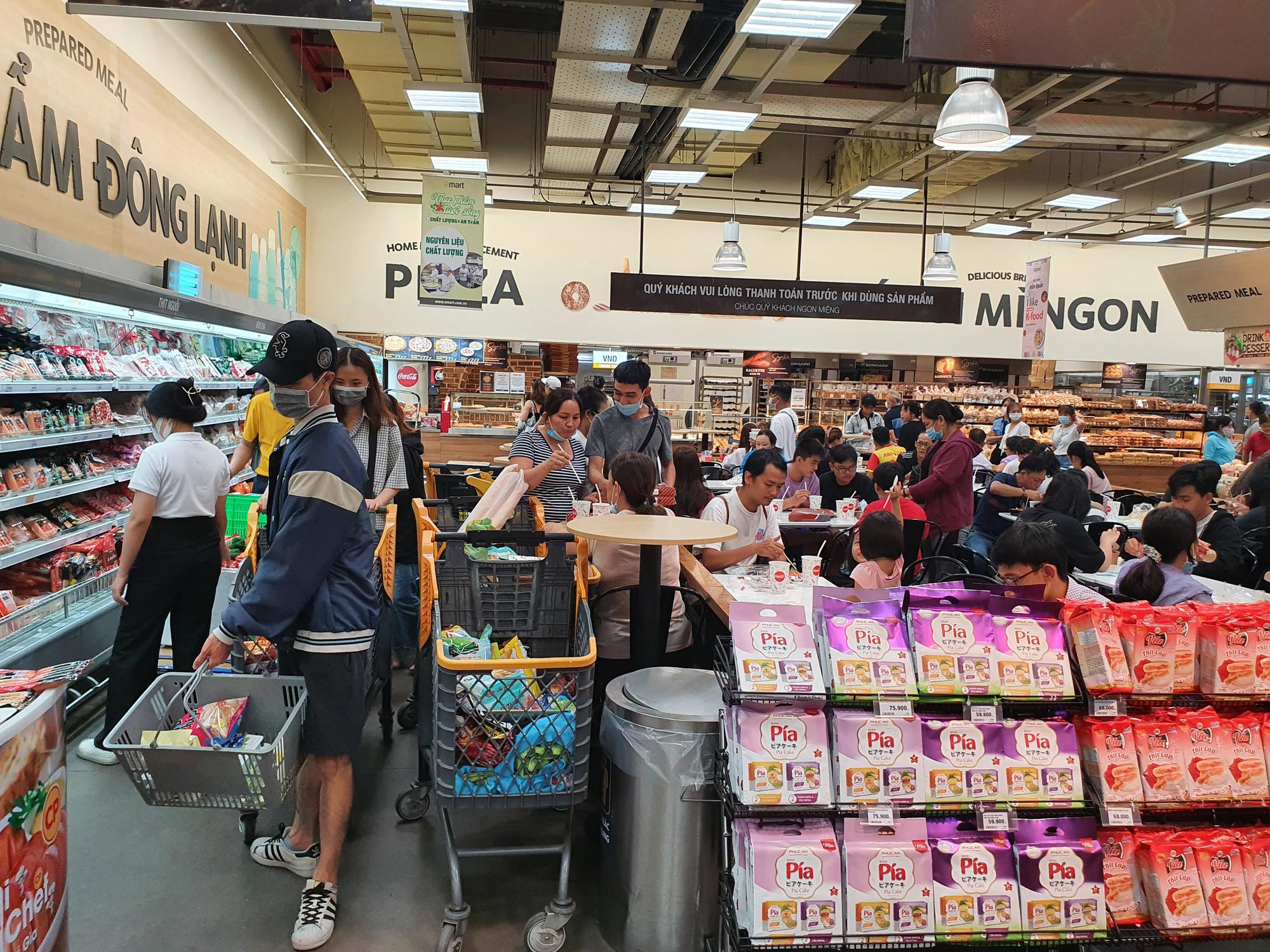 Covid-19 phức tạp, siêu thị, trung tâm thương mại tại TP.HCM vẫn đông nghịt - Ảnh 6.