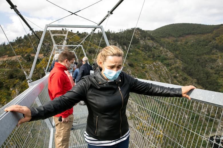 Khóc thét khi đi trên cây cầu bộ dành dài nhất thế giới - Ảnh 3.