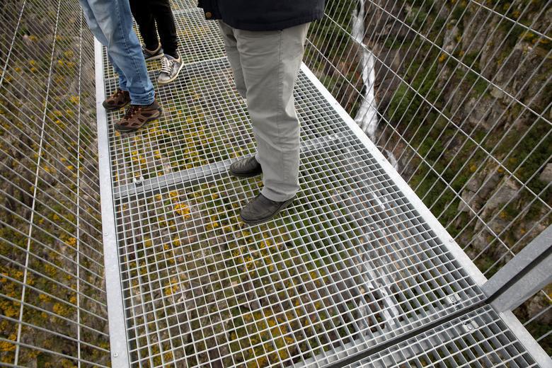 Khóc thét khi đi trên cây cầu bộ dành dài nhất thế giới - Ảnh 7.