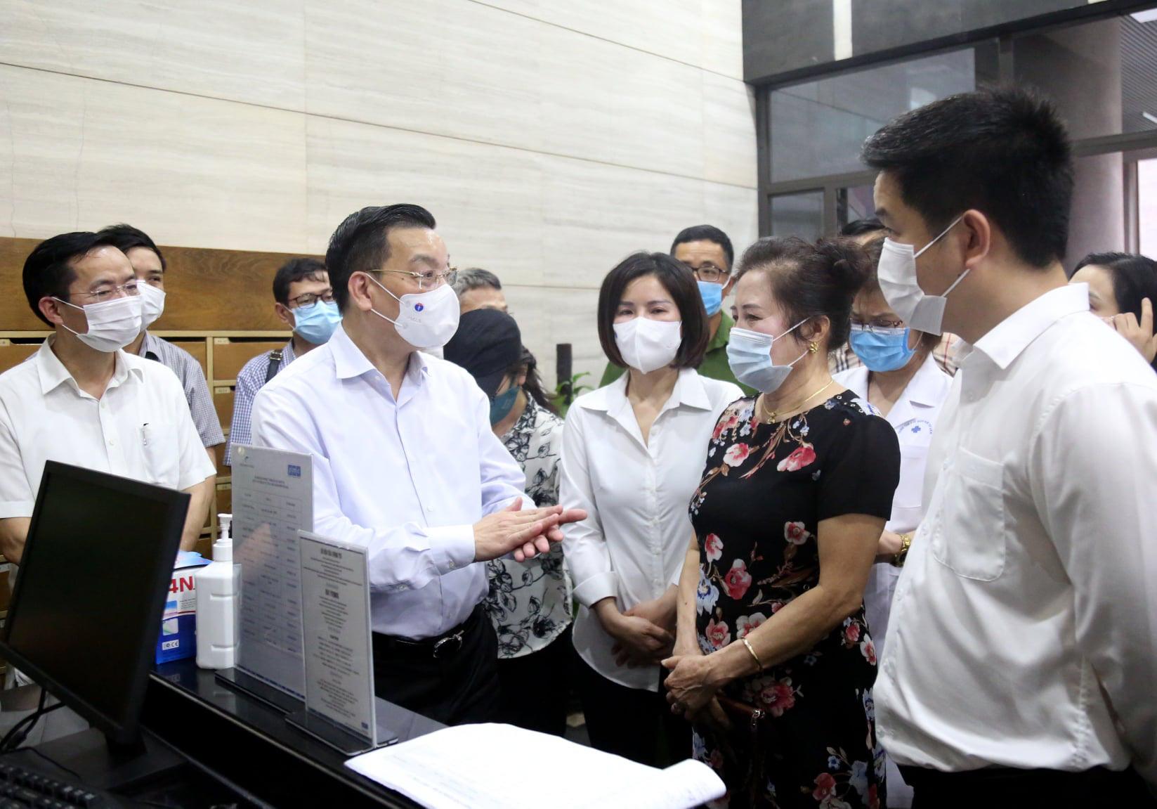 Chủ tịch Hà Nội đến sân bay, bến xe và chung cư đi kiểm tra phòng chống dịch Covid-19 - Ảnh 1.