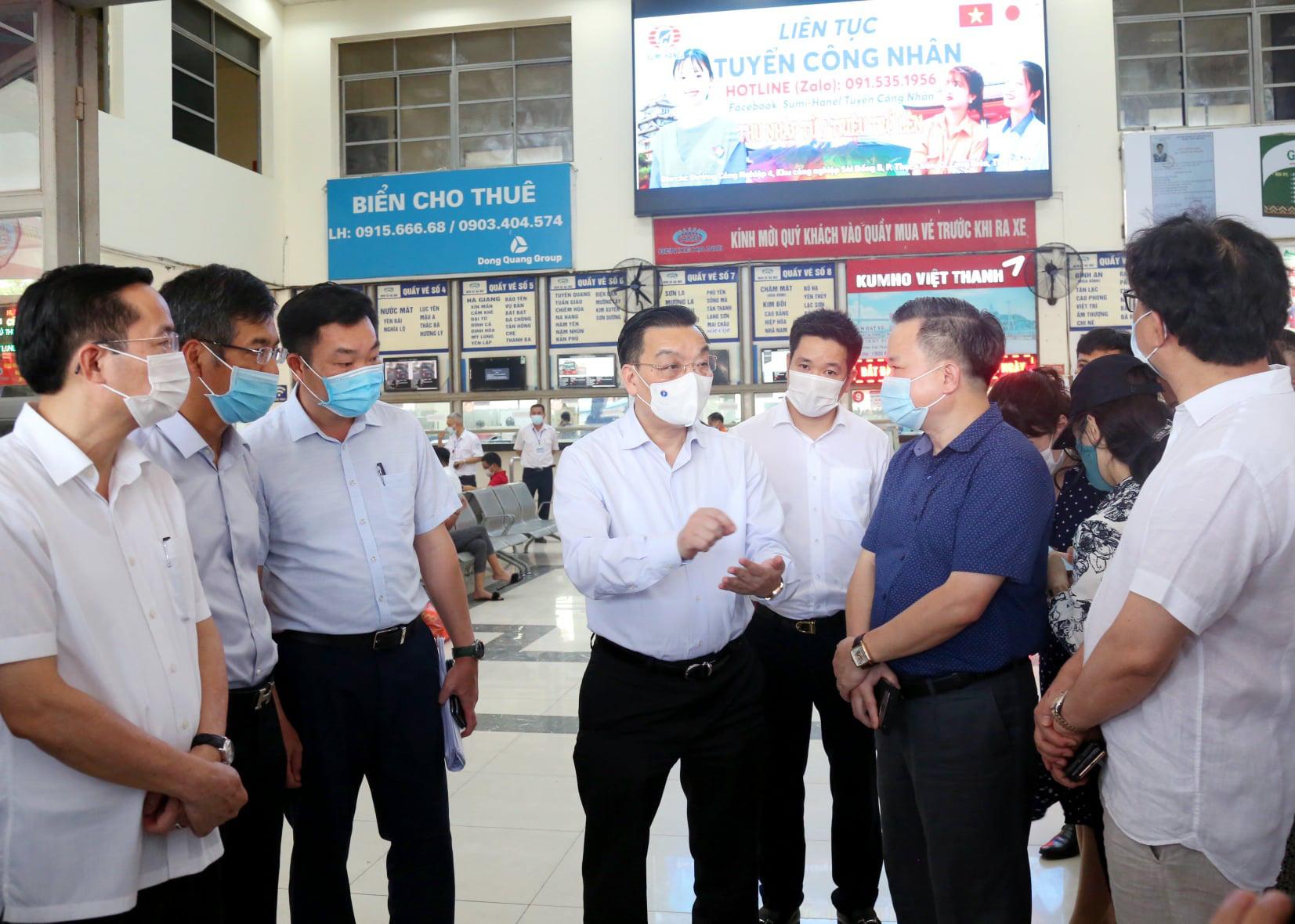 Chủ tịch Hà Nội đến sân bay, bến xe và chung cư đi kiểm tra phòng chống dịch Covid-19 - Ảnh 2.