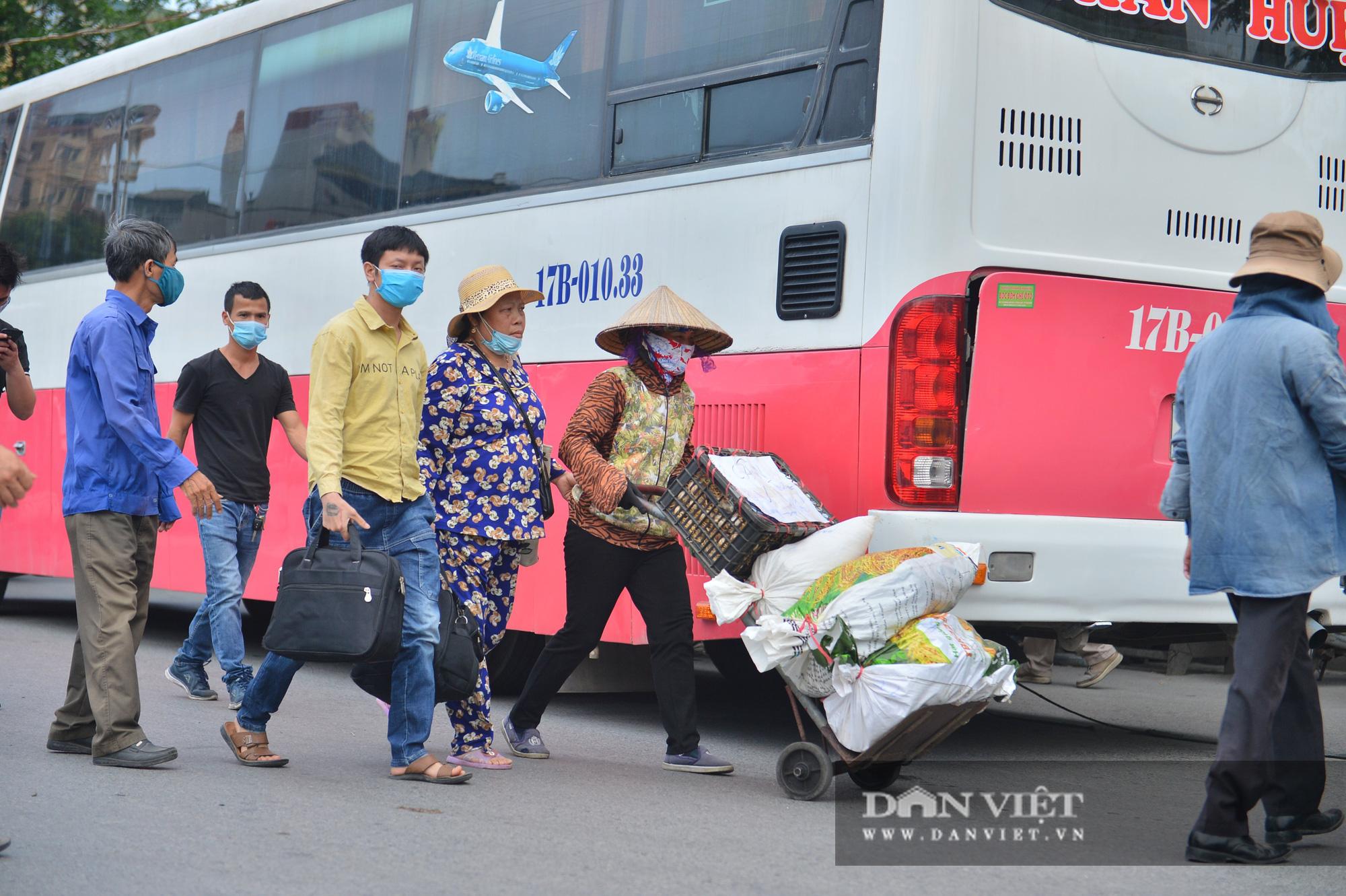 Lo sợ Covid-19 người dân 100% đeo khẩu trang tại các bến xe khi quay trở lại Hà Nội - Ảnh 10.
