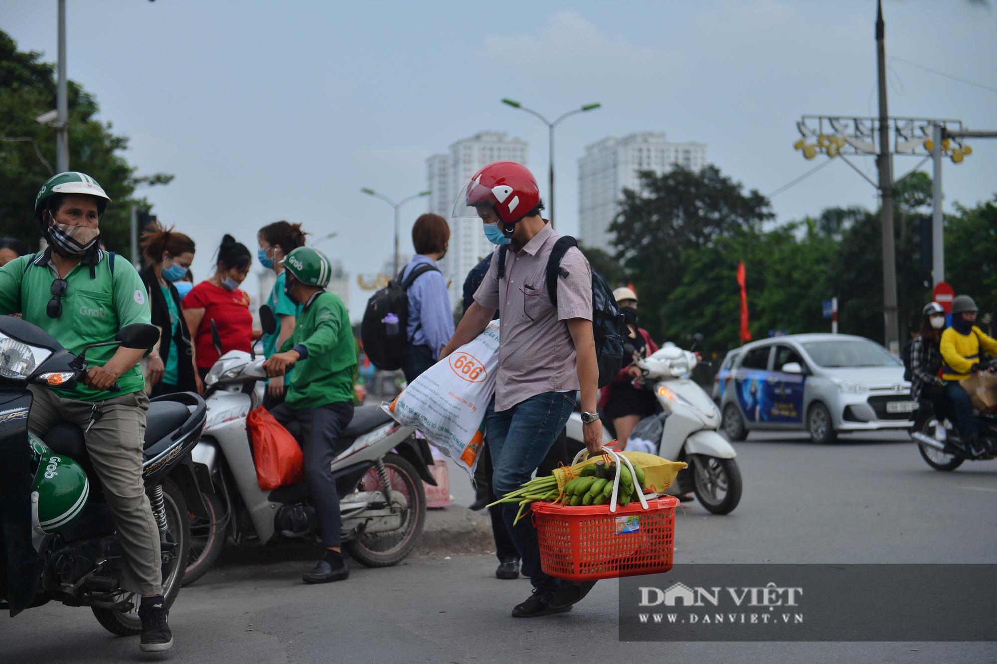 Lo sợ Covid-19 người dân 100% đeo khẩu trang tại các bến xe khi quay trở lại Hà Nội - Ảnh 12.