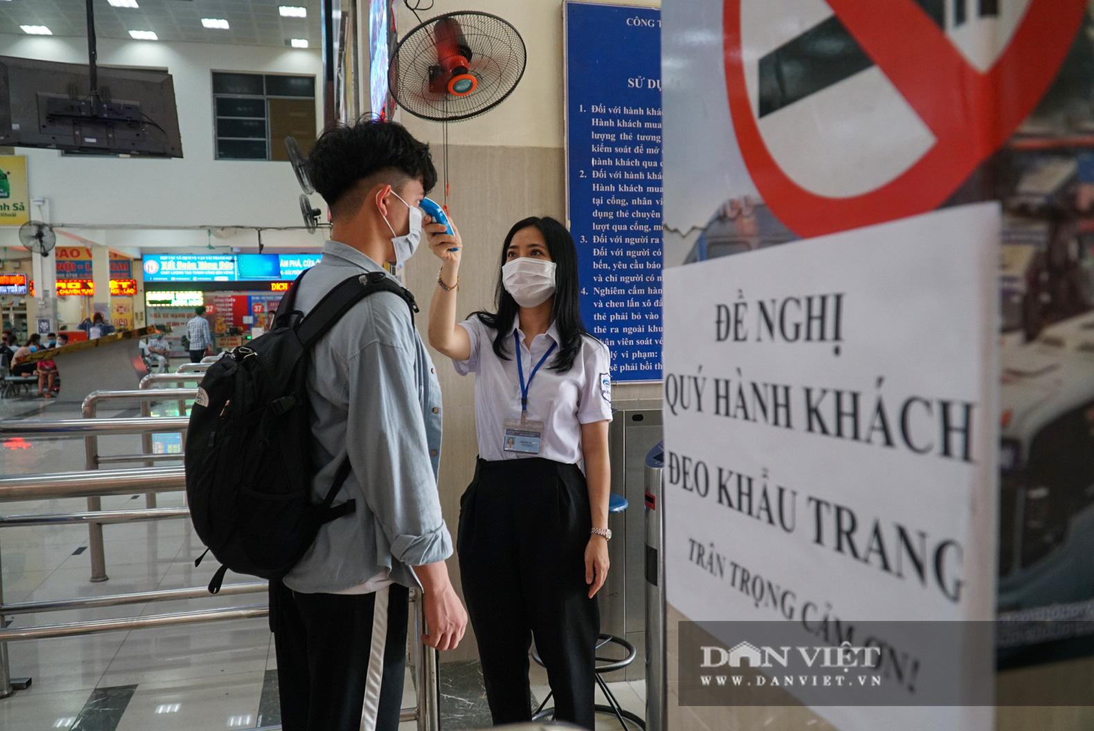 Lo sợ Covid-19 người dân 100% đeo khẩu trang tại các bến xe khi quay trở lại Hà Nội - Ảnh 3.