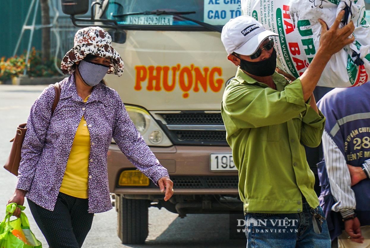 Lo sợ Covid-19 người dân 100% đeo khẩu trang tại các bến xe khi quay trở lại Hà Nội - Ảnh 7.