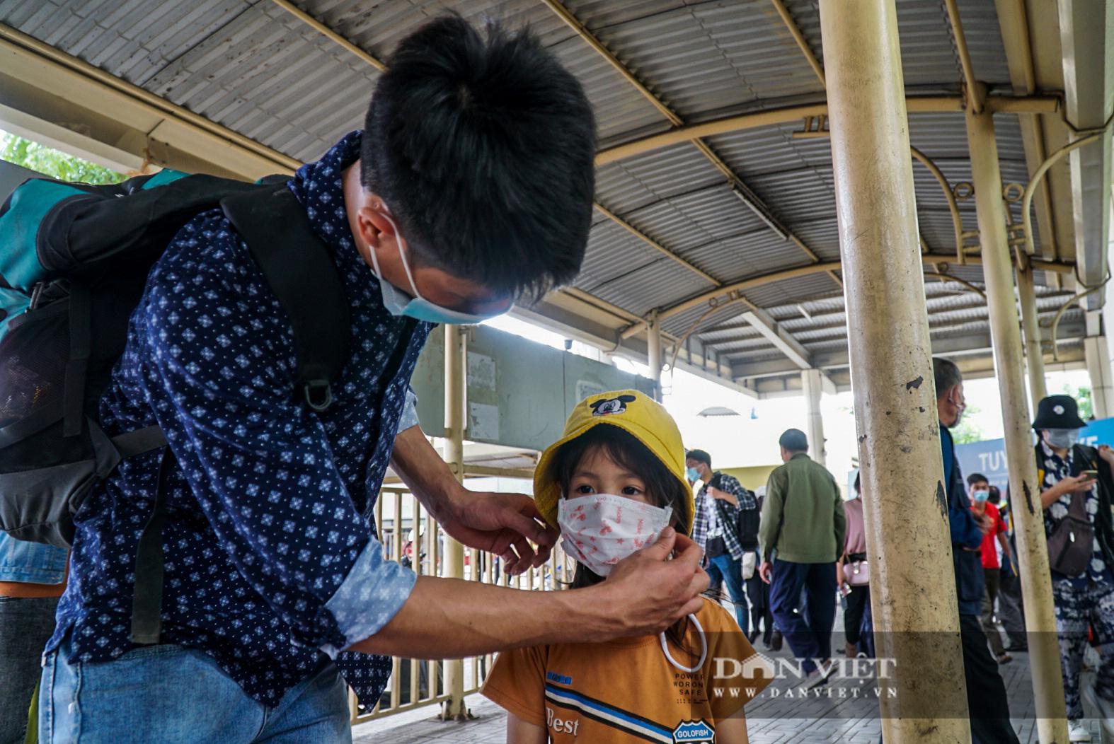 Lo sợ Covid-19 người dân 100% đeo khẩu trang tại các bến xe khi quay trở lại Hà Nội - Ảnh 5.