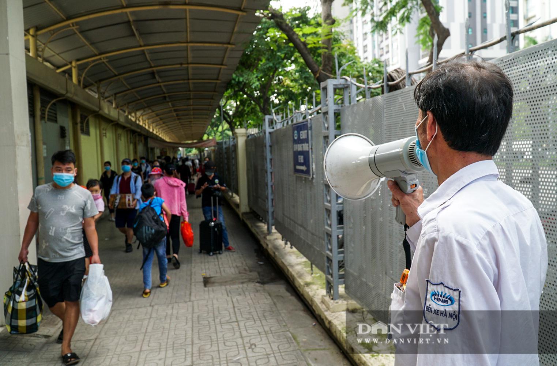 Lo sợ Covid-19 người dân 100% đeo khẩu trang tại các bến xe khi quay trở lại Hà Nội - Ảnh 4.