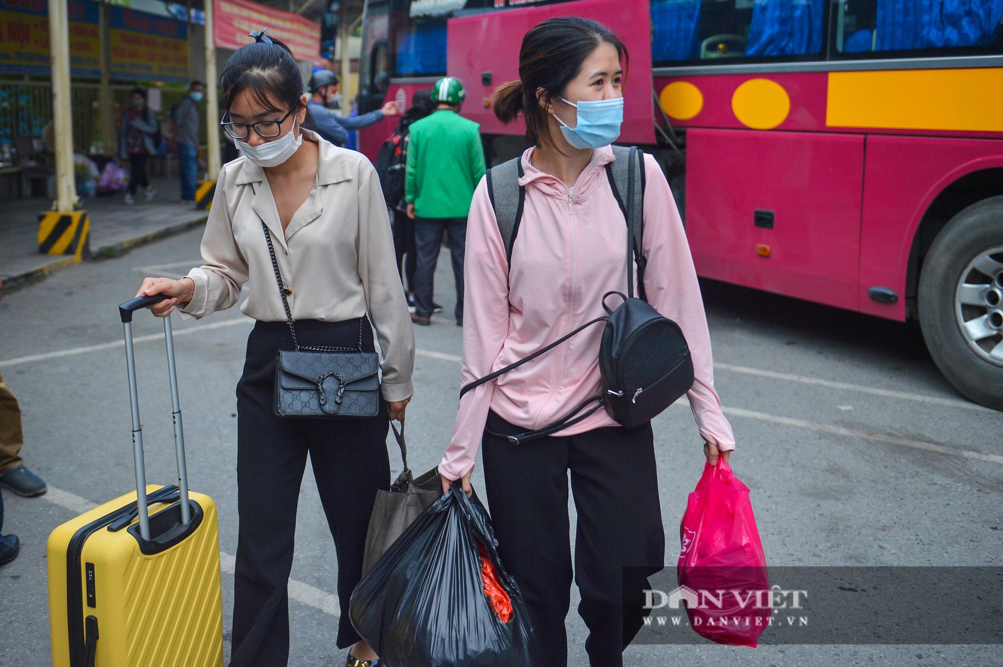 Lo sợ Covid-19 người dân 100% đeo khẩu trang tại các bến xe khi quay trở lại Hà Nội - Ảnh 9.