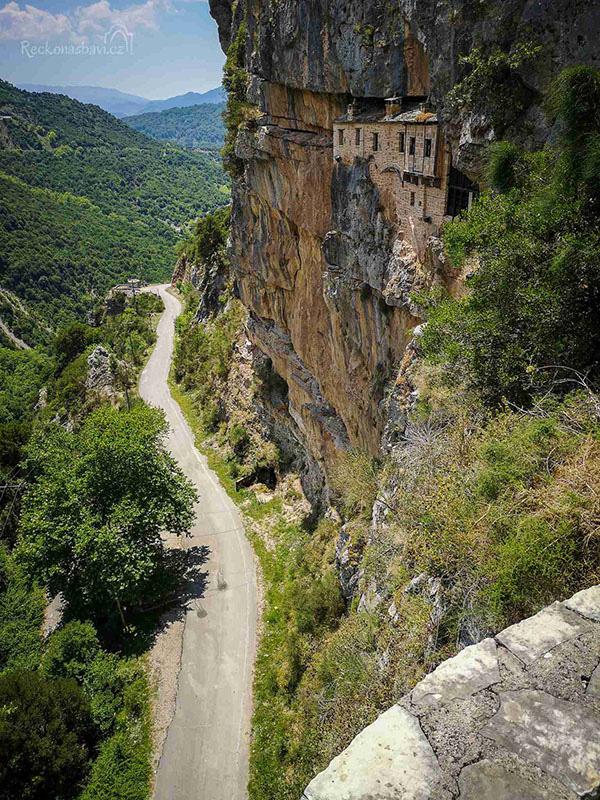 Tu viện ấn tượng nhất Hy Lạp với lối vào duy nhất bằng cầu trượt - Ảnh 1.