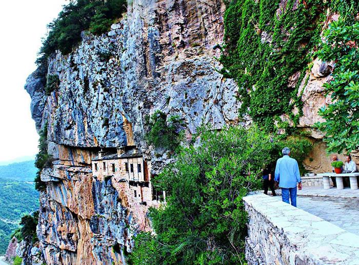 Tu viện ấn tượng nhất Hy Lạp với lối vào duy nhất bằng cầu trượt - Ảnh 5.