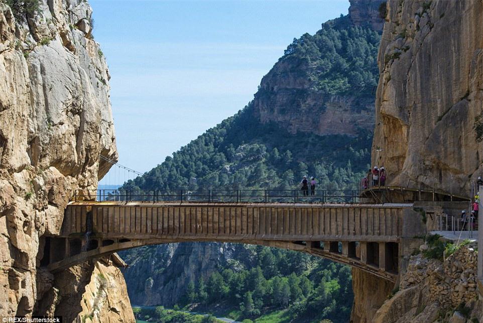 Đứng tim nín thở khi đi trên con đường nguy hiểm nhất thế giới - có can đảm thôi chưa đủ - Ảnh 1.
