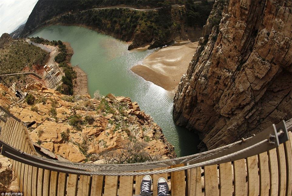 Đứng tim nín thở khi đi trên con đường nguy hiểm nhất thế giới - có can đảm thôi chưa đủ - Ảnh 2.
