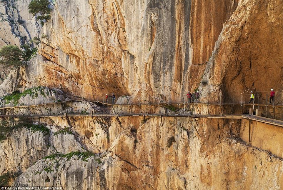 Đứng tim nín thở khi đi trên con đường nguy hiểm nhất thế giới - có can đảm thôi chưa đủ - Ảnh 3.