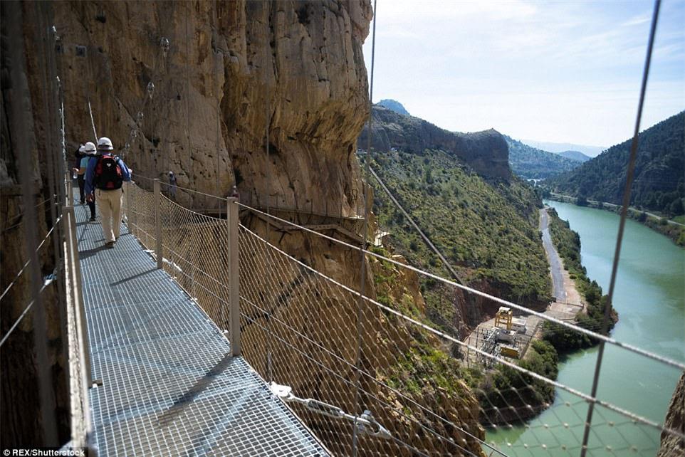 Đứng tim nín thở khi đi trên con đường nguy hiểm nhất thế giới - có can đảm thôi chưa đủ - Ảnh 4.