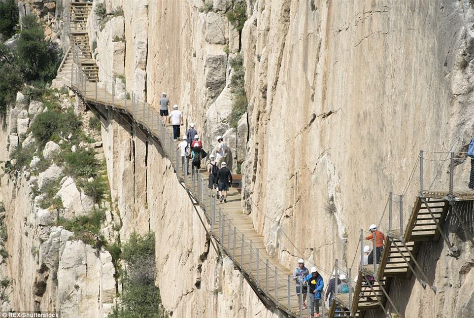 Đứng tim nín thở khi đi trên con đường nguy hiểm nhất thế giới - có can đảm thôi chưa đủ - Ảnh 5.
