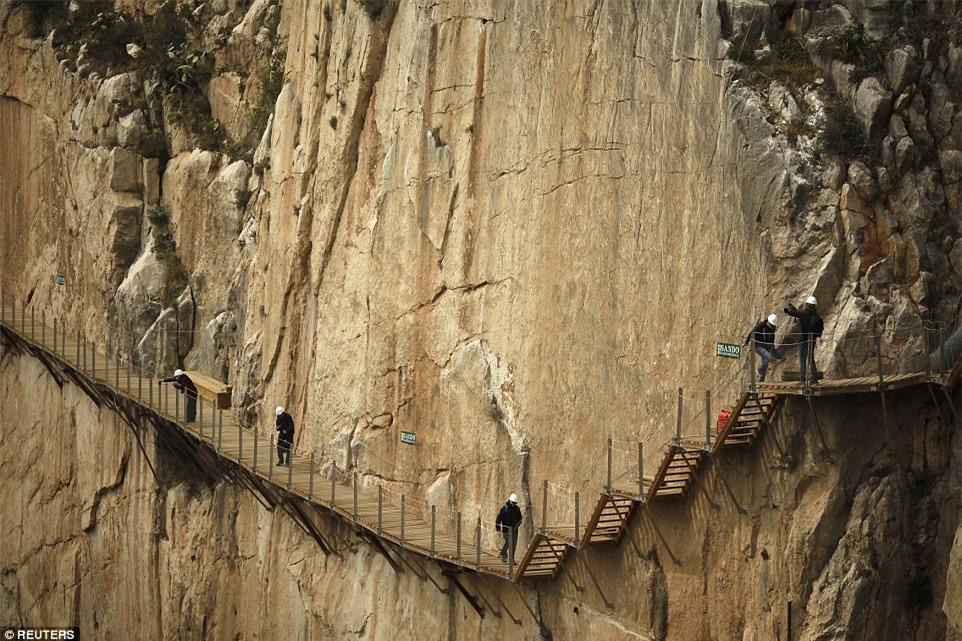 Đứng tim nín thở khi đi trên con đường nguy hiểm nhất thế giới - có can đảm thôi chưa đủ - Ảnh 6.