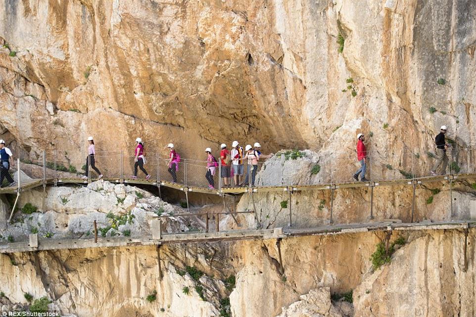 Đứng tim nín thở khi đi trên con đường nguy hiểm nhất thế giới - có can đảm thôi chưa đủ - Ảnh 8.