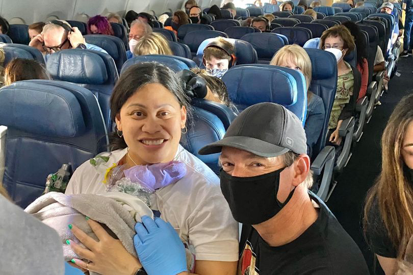 Người phụ nữ không biết mình mang thai đã sinh con trên chuyến bay giữa Thái Bình Dương - Ảnh 1.