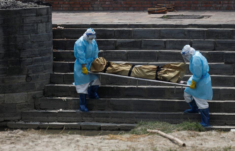 Nhà hỏa táng hết chỗ, Nepal thiêu người chết vì Covid-19 ngoài trời - Ảnh 1.