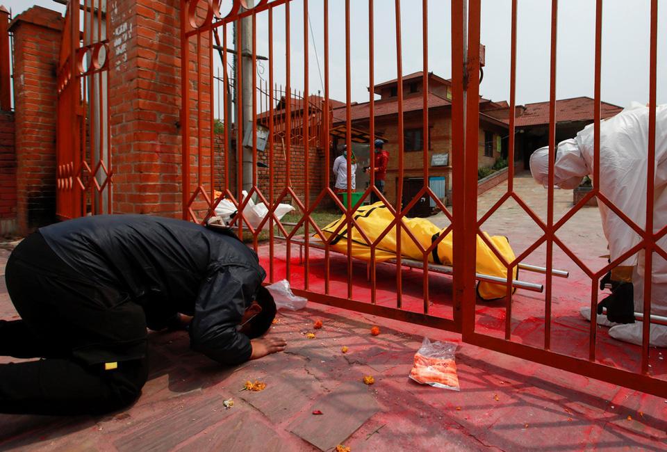 Nhà hỏa táng hết chỗ, Nepal thiêu người chết vì Covid-19 ngoài trời - Ảnh 10.