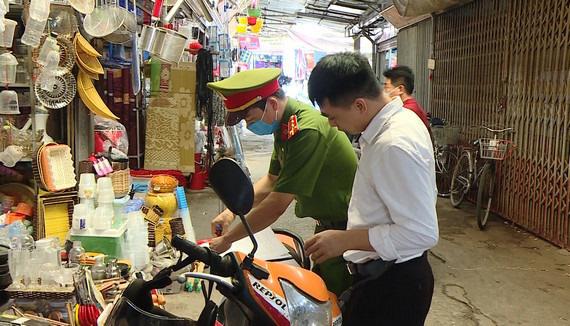 Ninh Bình: Đi chợ không đeo khẩu trang, hai trường hợp bị xử phạt hành chính - Ảnh 1.