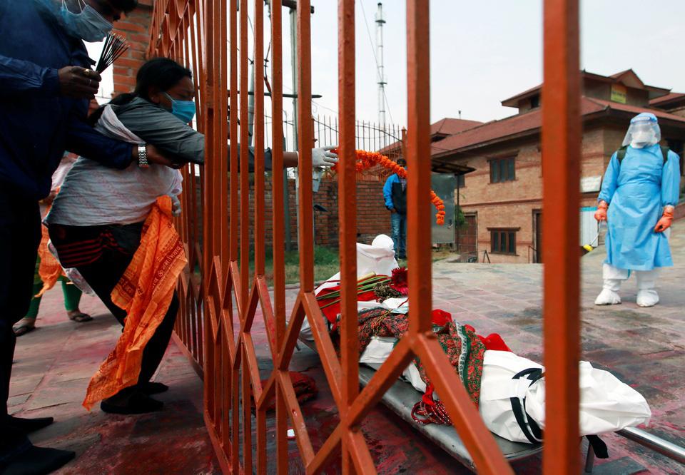 Nhà hỏa táng hết chỗ, Nepal thiêu người chết vì Covid-19 ngoài trời - Ảnh 11.