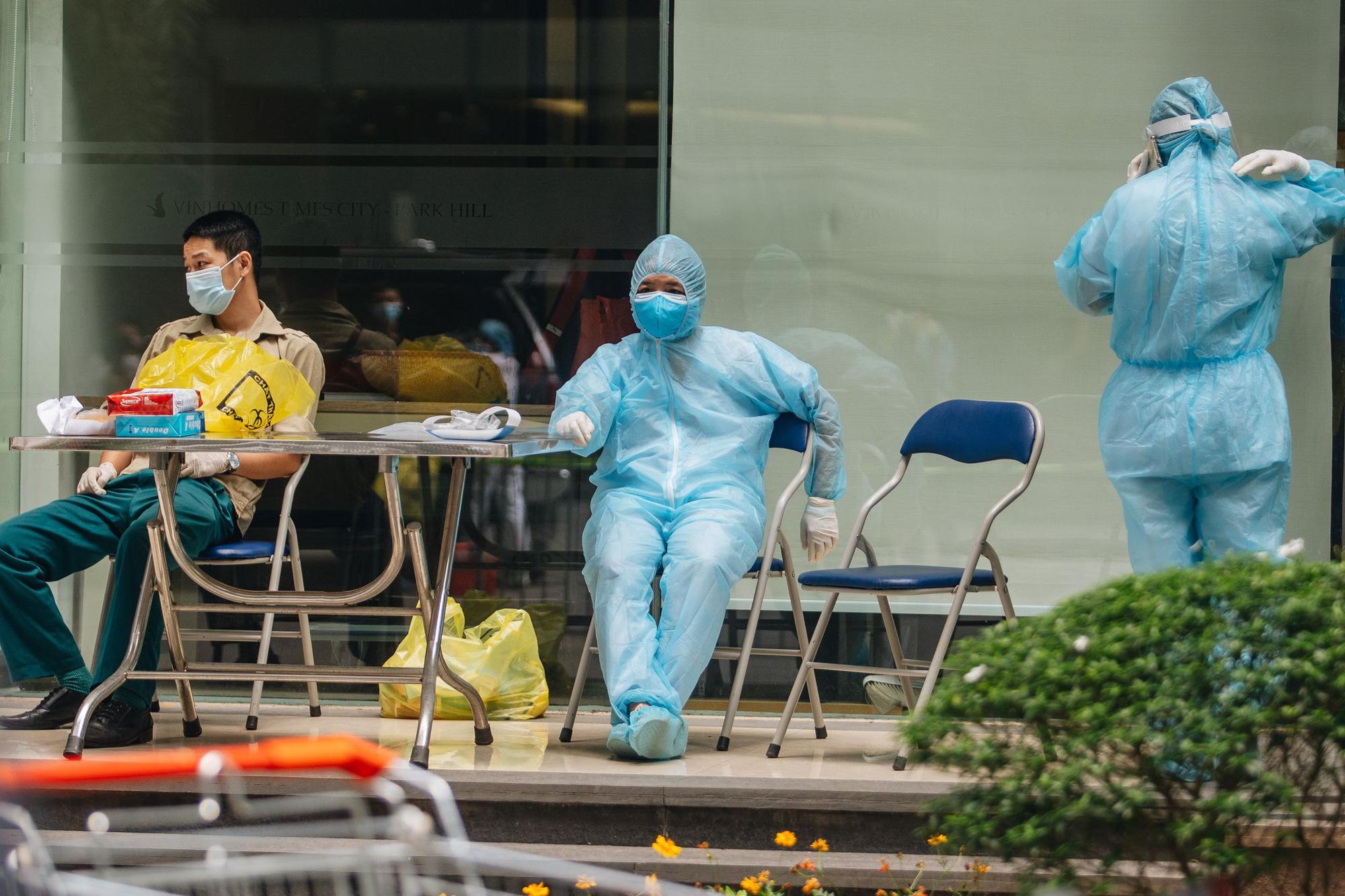 Phong tỏa, tiếp tế đồ ăn chung cư ở Times City có chuyên gia Ấn Độ dương tính với SARS-CoV-2 - Ảnh 4.