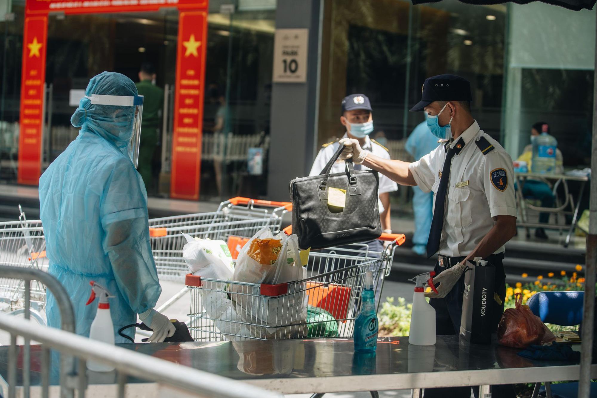 Phong tỏa, tiếp tế đồ ăn chung cư ở Times City có chuyên gia Ấn Độ dương tính với SARS-CoV-2 - Ảnh 9.