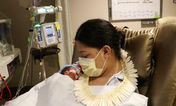 Người phụ nữ không biết mình mang thai đã sinh con trên chuyến bay giữa Thái Bình Dương - Ảnh 2.
