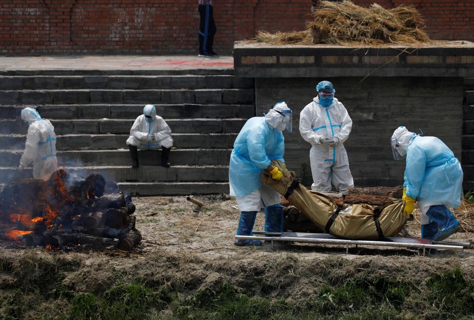 Nhà hỏa táng hết chỗ, Nepal thiêu người chết vì Covid-19 ngoài trời - Ảnh 2.