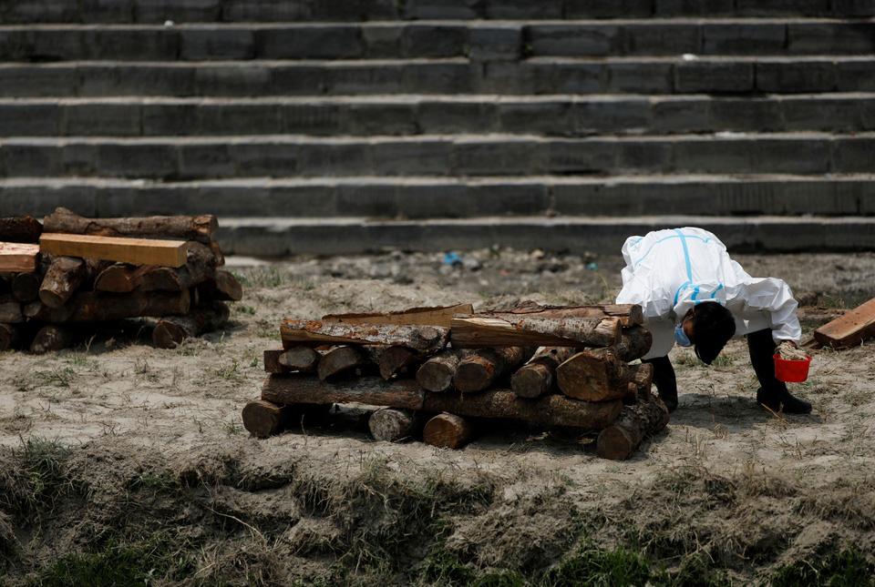 Nhà hỏa táng hết chỗ, Nepal thiêu người chết vì Covid-19 ngoài trời - Ảnh 3.