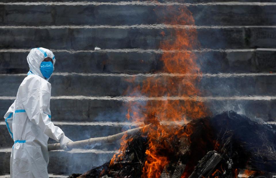 Nhà hỏa táng hết chỗ, Nepal thiêu người chết vì Covid-19 ngoài trời - Ảnh 6.