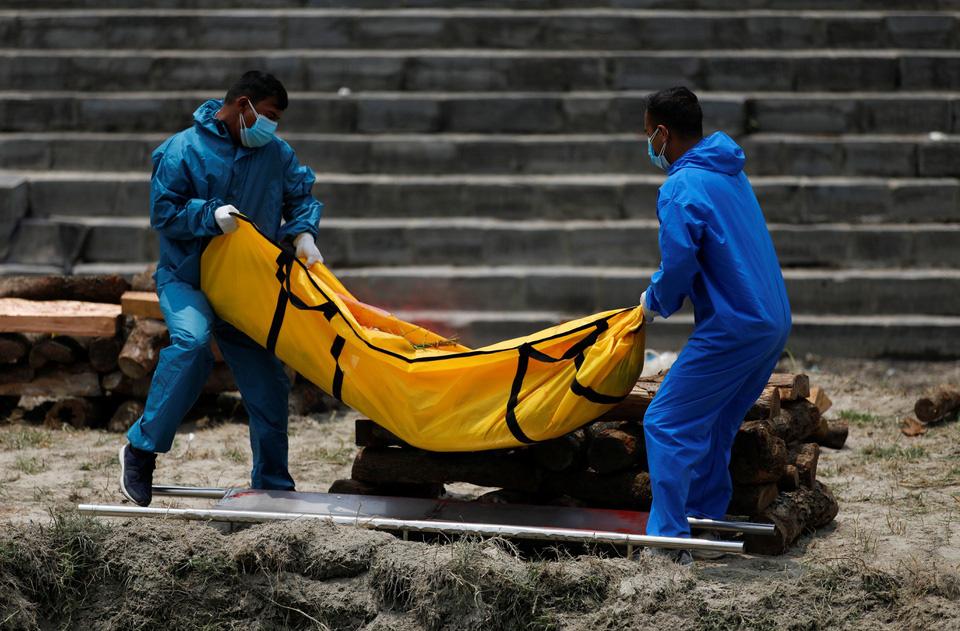Nhà hỏa táng hết chỗ, Nepal thiêu người chết vì Covid-19 ngoài trời - Ảnh 7.