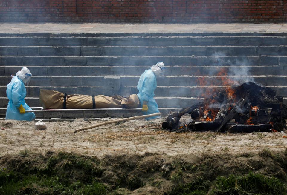 Nhà hỏa táng hết chỗ, Nepal thiêu người chết vì Covid-19 ngoài trời - Ảnh 8.