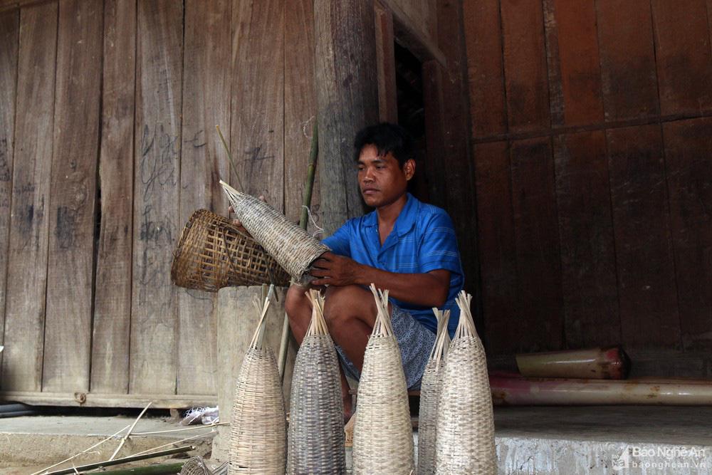 Chuyện lạ Nghệ An: Săn bắt lươn đồng trên các thửa ruộng bậc thang, nấu lươn đồng thành món cũng lạ mắt - Ảnh 2.