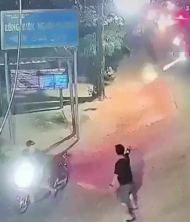 Clip kinh hoàng hai nhóm côn đồ nổ súng, dùng dao rượt đuổi nhau giữa đường - Ảnh 1.