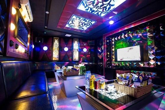 Bình Dương dừng các dịch vụ karaoke, bar, masage và yêu cầu người dân thực hiện nghiêm 5K - Ảnh 1.