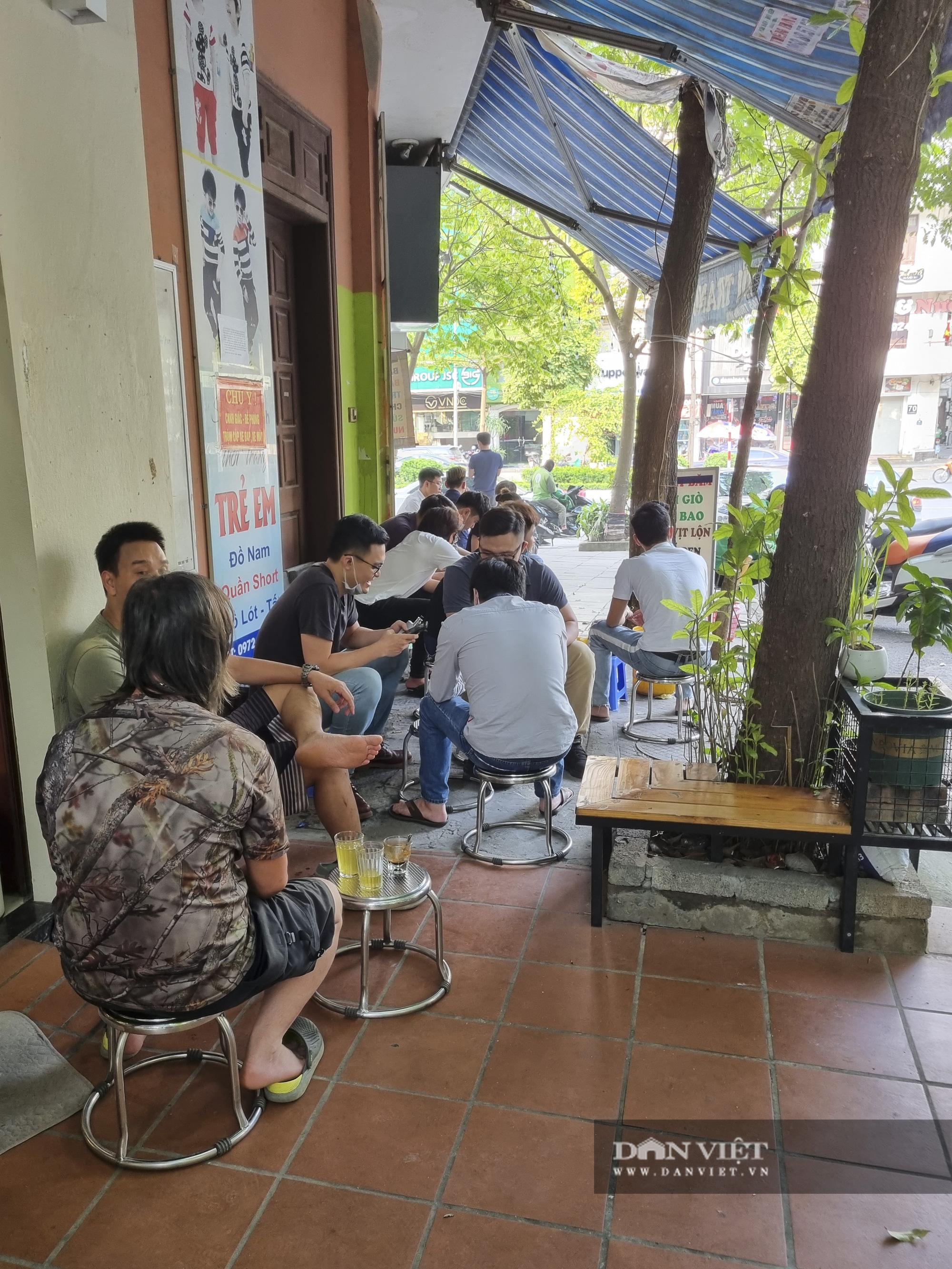 Hà Nội: Nhà hàng, quán cà phê, trà đá vỉa hè nơi chấp hành tốt, nơi vẫn ngang nhiên hoạt động  - Ảnh 9.