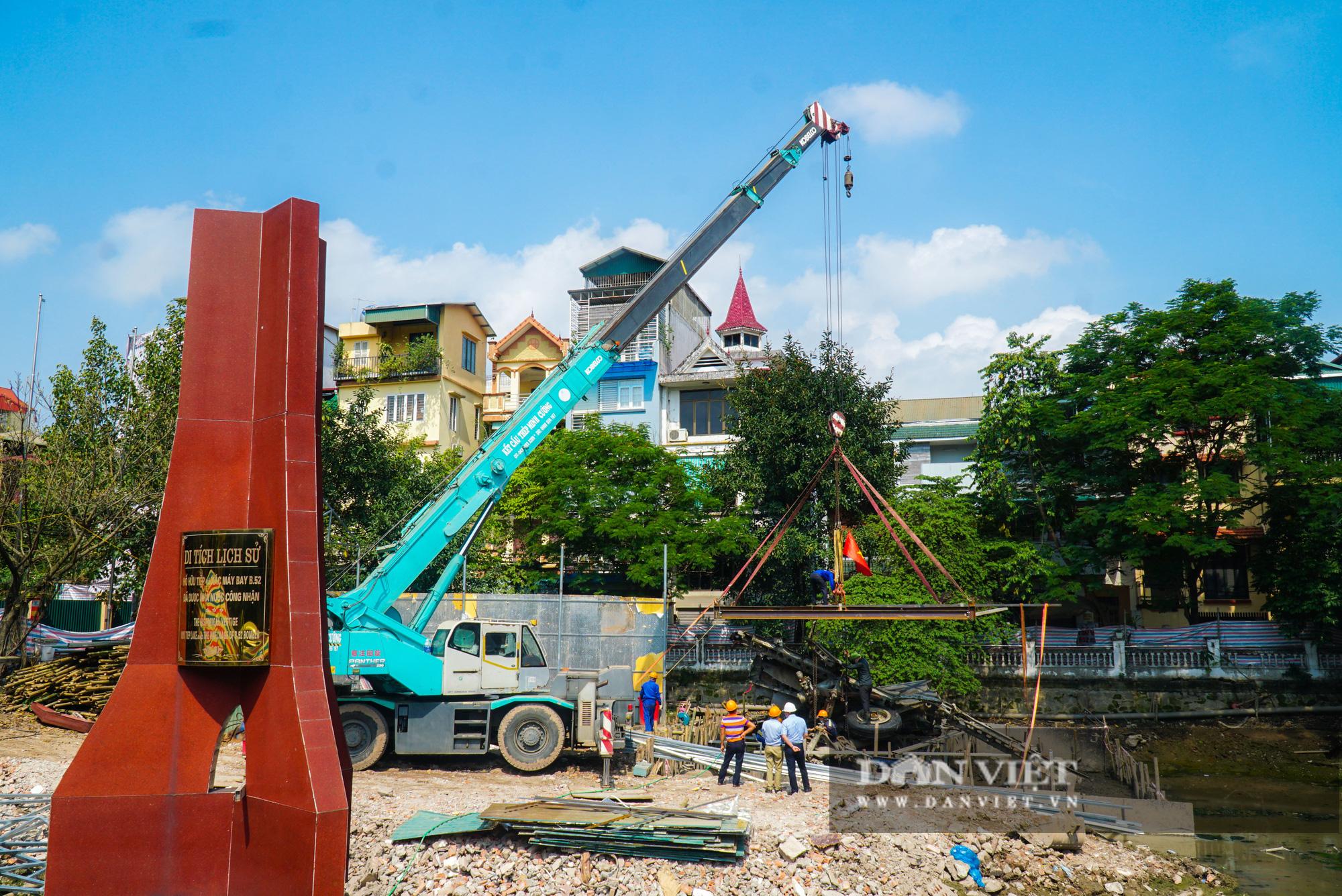 Pháo đài B52 dưới lòng hồ Hà Nội được nhấc bổng lên bờ để tu sửa - Ảnh 1.
