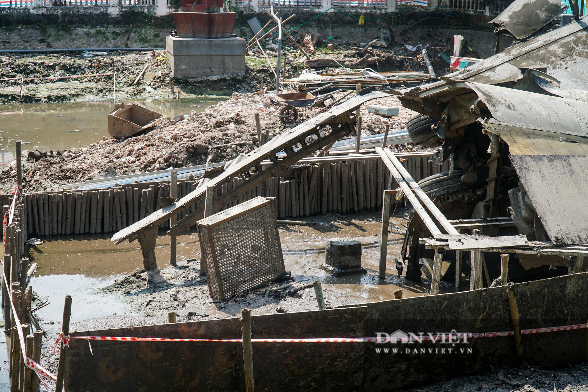 Pháo đài B52 dưới lòng hồ Hà Nội được nhấc bổng lên bờ để tu sửa - Ảnh 6.
