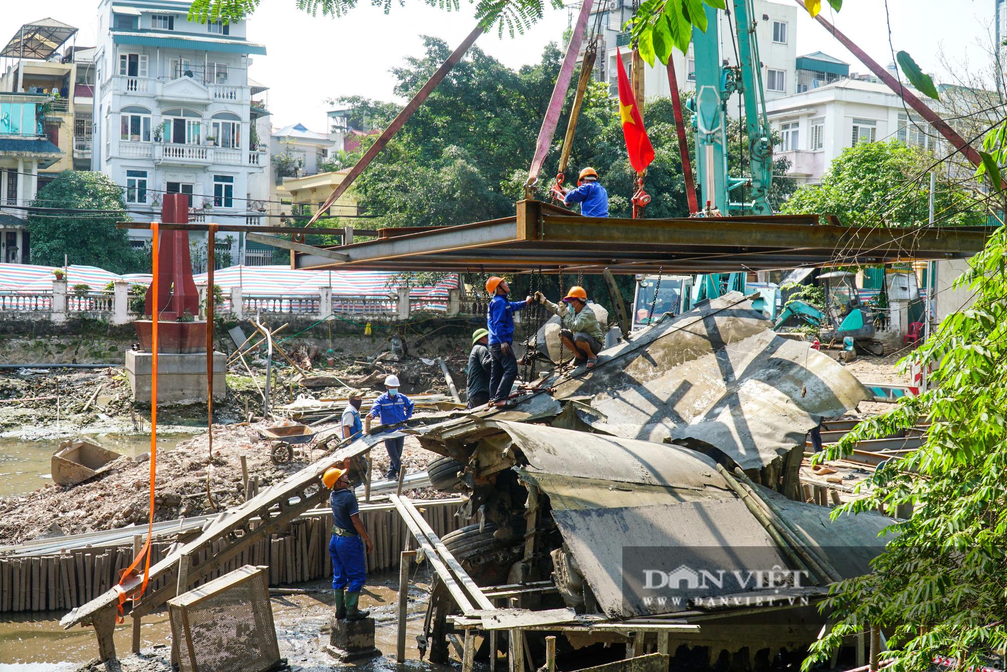 Pháo đài B52 dưới lòng hồ Hà Nội được nhấc bổng lên bờ để tu sửa - Ảnh 3.