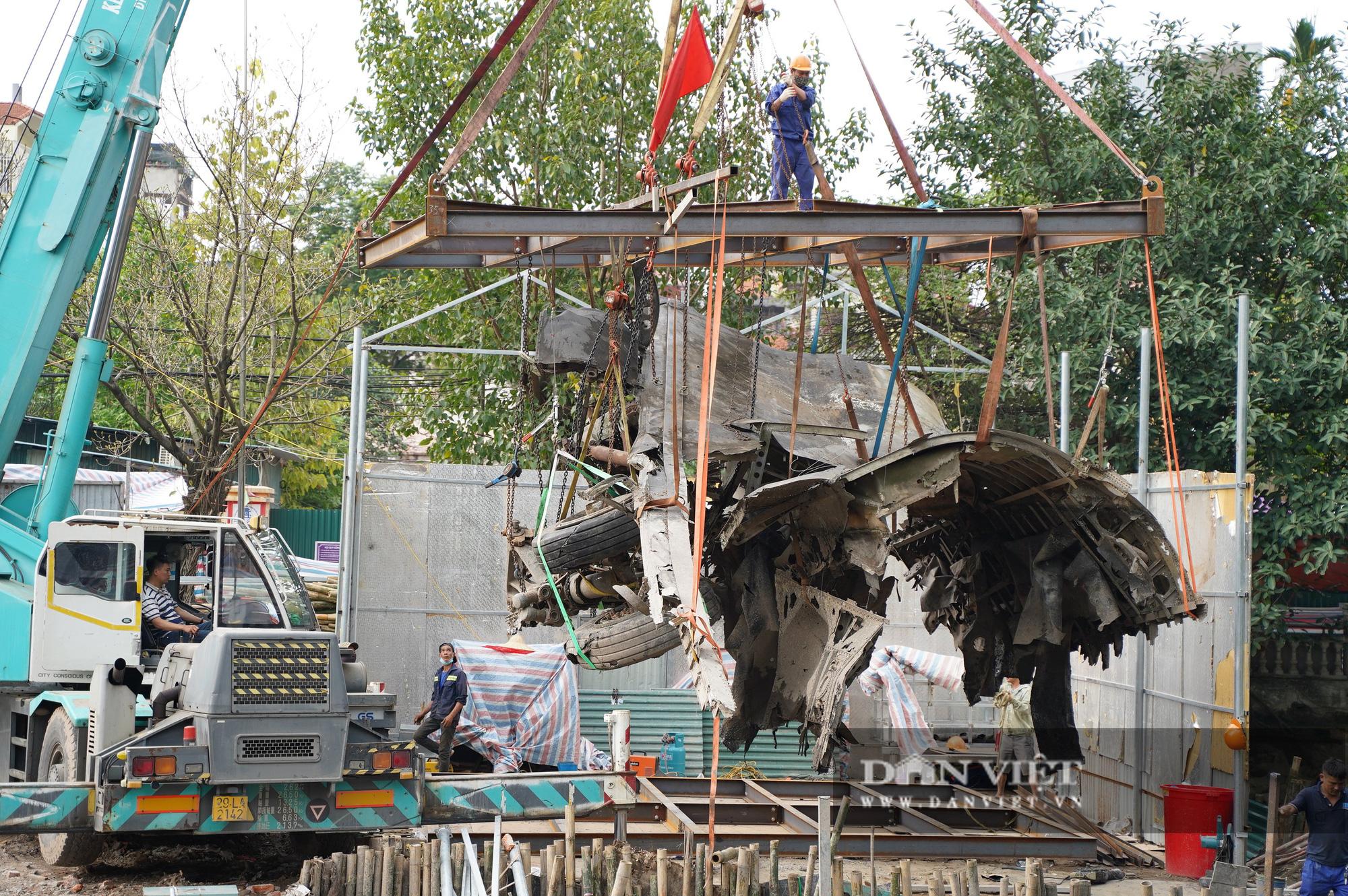 Pháo đài B52 dưới lòng hồ Hà Nội được nhấc bổng lên bờ để tu sửa - Ảnh 11.
